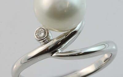 34951 : 18 Carat White Gold South Sea Pearl & Diamond RIng